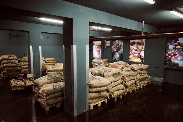 Im Untergeschoss der Showrösterei befindet sich das Rohkaffeelager der Wildkaffee Rösterei.