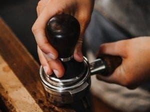 Apprendre - Parcours du café - Préparation et dégustation - Tassage - Coffee Lounge
