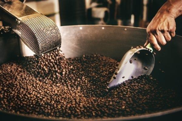 Bei der Röstung entstehen Antioxidantien, die für den bitteren Geschmack im Kaffee sorgen.