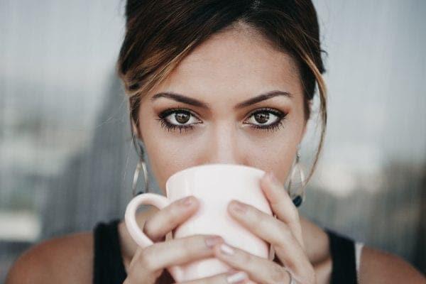 Eine Tasse Kaffee stimuliert mit ihrem Aroma alle Sinne.