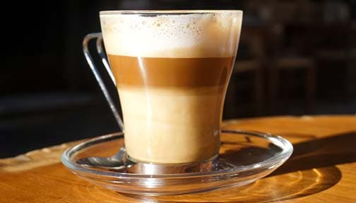 Das mondäne Heißgetränk des neuen Jahrtausends: Latte Macchiato.